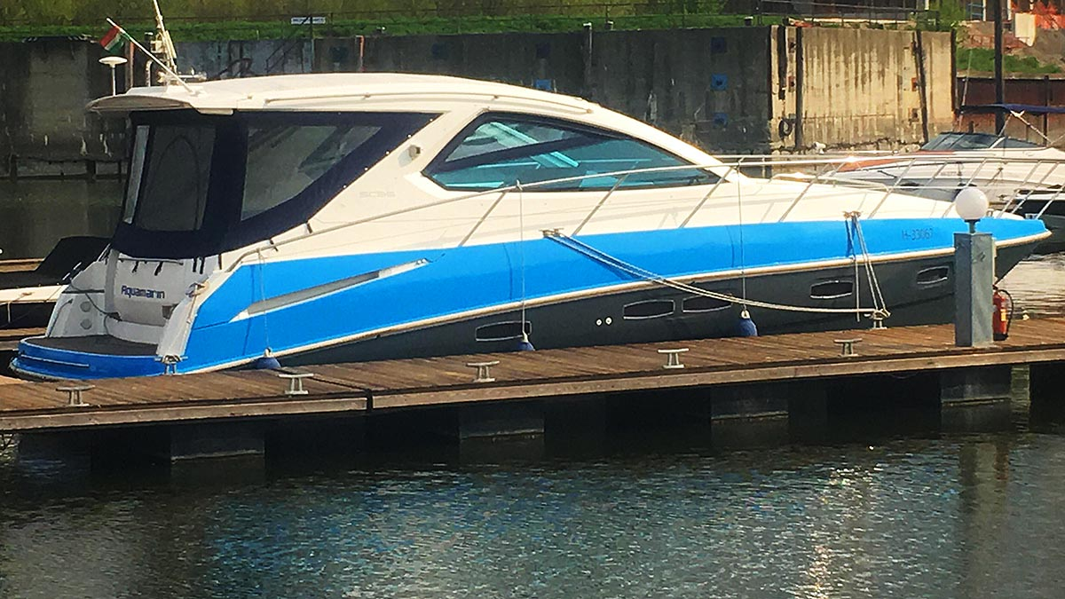 Aquamarin speedboat yacht side