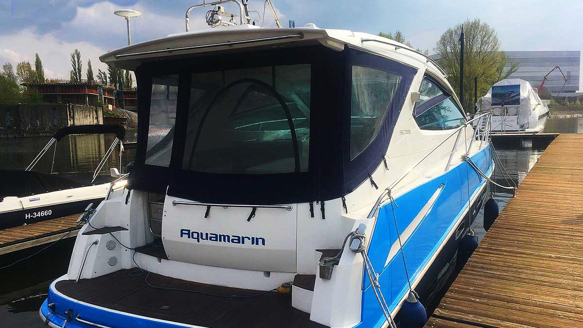 Aquamarin speedboat yacht back